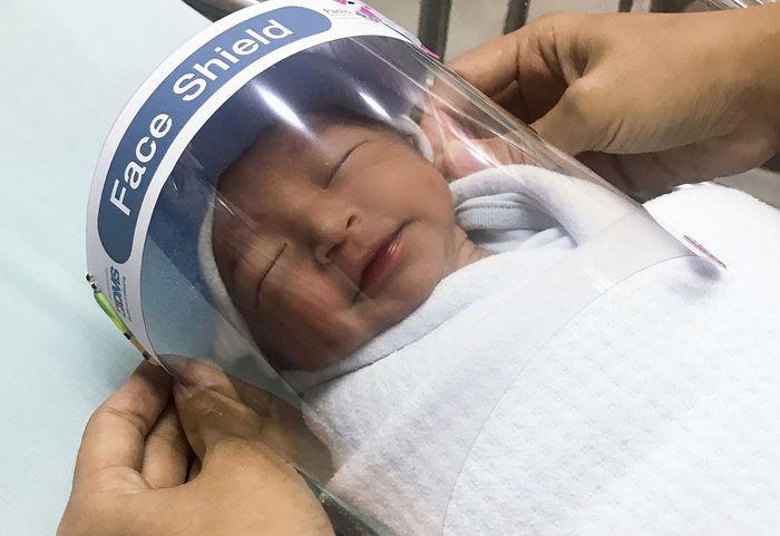 Pencegahan virus COVID-19 juga diterapkan rumah sakit untuk para bayi yang baru saja lahir, mereka dipasangi pelindung wajah mungil untuk mencegah virus