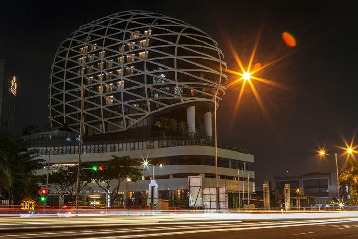 Hotel menyalakan lampu kamar berbentuk hati dalam aksi Love Light Heart di hotel JHL Solitaire, Gading Serpong, Tangerang, Banten, Minggu (5/4/2020). Aksi tersebut sebagai bentuk menebar semangat cinta di tengah pandemi COVID-19 dan sebagai bentuk ungkapan cinta terhadap perjuangan tenaga medis dan orang-orang di garis terdepan dalam penanganan COVID-19. ANTARA FOTO/Fauzan/foc.