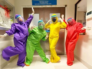 So Cute, Perawat Bikin Baju Hazmat Warna-warni ala Kostum Teletubbies