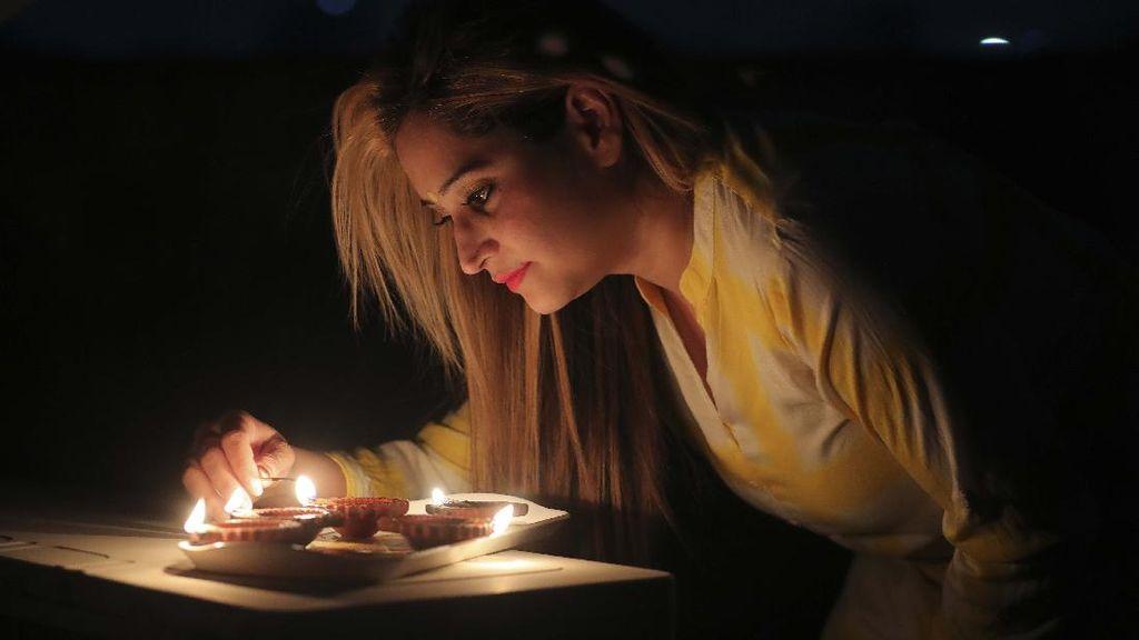 Saat Warga India Melawan Kegelapan Akibat Corona