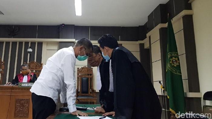 M Tamzil berbincang dengan penasiihat hukumnya usai divonis Pengadilan Tipikor Semarang