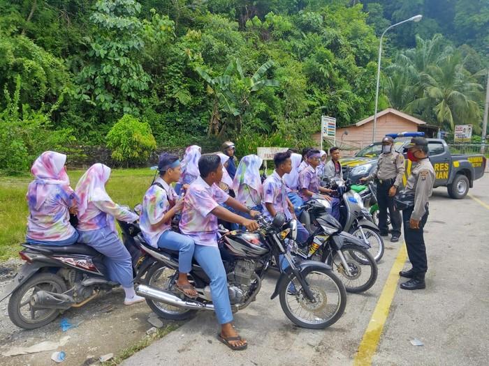 Pelajar dibubarkan polisi gara-gara konvoi saat pandemi corona (dok. Istimewa)