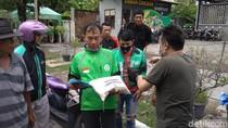 Yayasan di Cirebon Bagi-bagi Beras untuk Penarik Becak-Ojol
