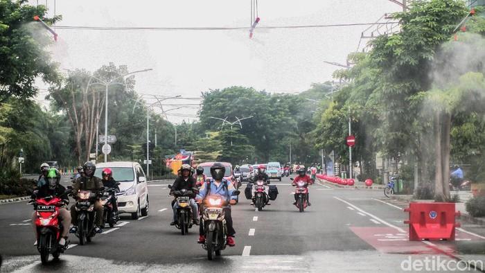 Dishub Kota Surabaya pasang alat semprot disinfektan di bawah JPO di Frontage Road Ahmad Yani. Hal itu dilakukan sebagai upaya pencegahan penyebaran Corona.