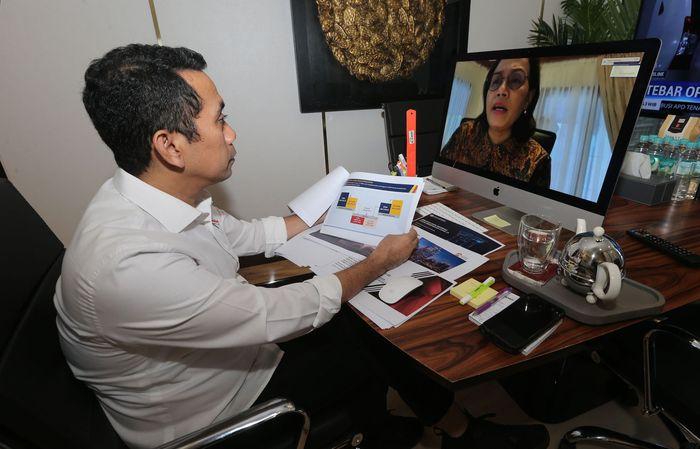 Anggota DPR Komisi XI Bidang Keuangan & Perbankan Kamrussamad berbincang dengan Menteri Keuangan RI Sri Mulyani dalam rapat denganr pendapat, Senin (6/4/2020). Foto: dok. Kemenkeu