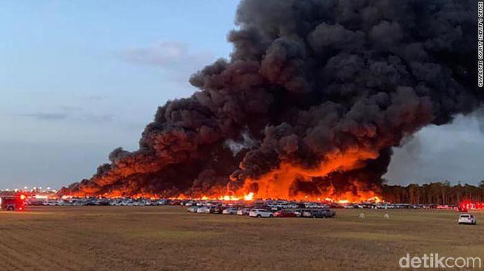 Di tengah wabah Corona di AS, kebakaran besar terjadi di Bandara International Southwest Florida. Kebakaran itu menghancurkan ribuan mobil rental yang diparkir di bandara tersebut.