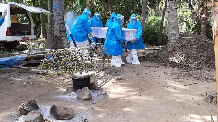Meninggal di Malaysia, TKW dimakamkan sesuai protap COVID-19 di Polman.