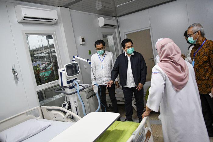 Menteri BUMN Erick Thohir (kedua kiri) meninjau salah satu ruang modular di Rumah Sakit Pertamina Jaya, Cempaka Putih, Jakarta, Senin (6/4/2020). RS milik BUMN itu siap melayani pasien Corona.