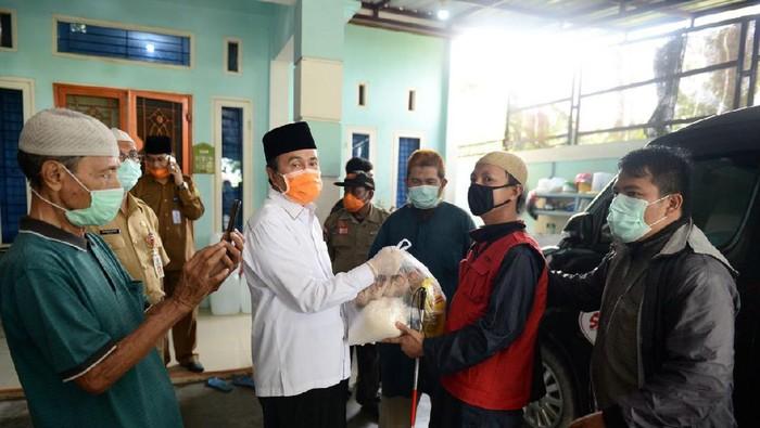 Gubernur Riau Syamsuar membagikan masker ke warga (dok. Istimewa)