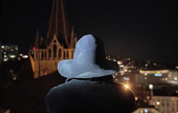 Setelah lonceng dibunyikan, penjaga nantinya akan mengumumkan waktu saat itu (REUTERS/Denis Balibouse)