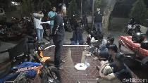 Hina Polisi Saat Dibubarkan Cegah Corona, 7 Remaja di Makassar Diamankan