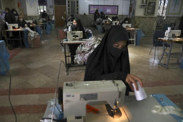 Wabah Corona membuat masyarakat Iran, tak kecuali para wanita berjibaku menangani COVID-19. Berikut potret para relawan wanita yang bahu membahu lawan Corona.