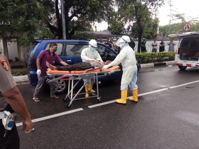 Petugas medis berbaju hazmat mengevakuasi pengendara mobil yang meninggal di Aceh Besar (dok. Istimewa)