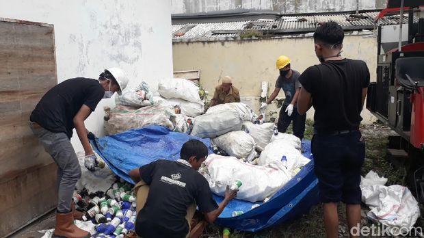 Ribuan botol dan kemasan pestisida palsu di Brebes dimusnahkan, Senin (6/4/2020).