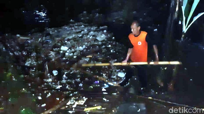 Warga Sukabumi kaget rumahnya terdam banjir dan terkepung sampah luapan sungai