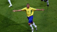 Mau Cukur Rambut Kayak Cristiano Ronaldo, Eh, Jadi Ronaldo Brasil