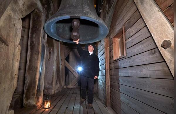 Penjaga katedral nantinya akan naik tangga sebanyak 153 menuju menara di malam hari. Mengenakan topi hitam, menyalakan lentera dan dia membunyikan Lonceng La Clemence. (REUTERS/Denis Balibouse)