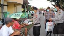 Sosialisasikan Pencegahan Corona, Polisi Banyuwangi Bagi Masker dan Sembako