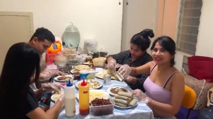 Vanessa Angel berjualan Kebab Dosa