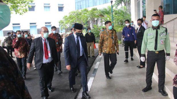 Anies pakai masker kain hitam saat hadiri pemilihan wagub dki di DPRD DKI Jakarta.