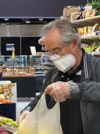Para ahli kesehatan memperingatkan kita untuk melindungi diri dengan segala cara dari virus corona. Namun beberapa orang ini memakai sesuatu yang tidak lazim.