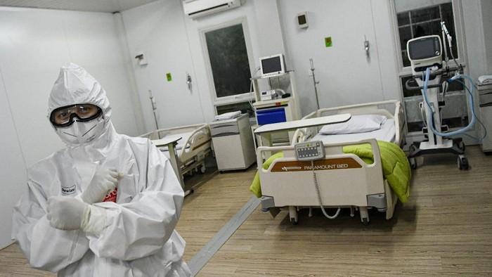Seorang dokter berdiri di dalam salah satu ruang modular di Rumah Sakit Pertamina Jaya, Cempaka Putih, Jakarta, Senin (6/4/2020). Rumah Sakit darurat COVID-19 tersebut berkapasitas sebanyak 160 tempat tidur dalam ruangan dan 65 kamar isolasi bertekanan negatif untuk merawat pasien positif COVID-19 sesuai standar yang ditetapkan oleh Organisasi Kesehatan Dunia atau WHO. ANTARA FOTO/M Risyal Hidayat/wsj.