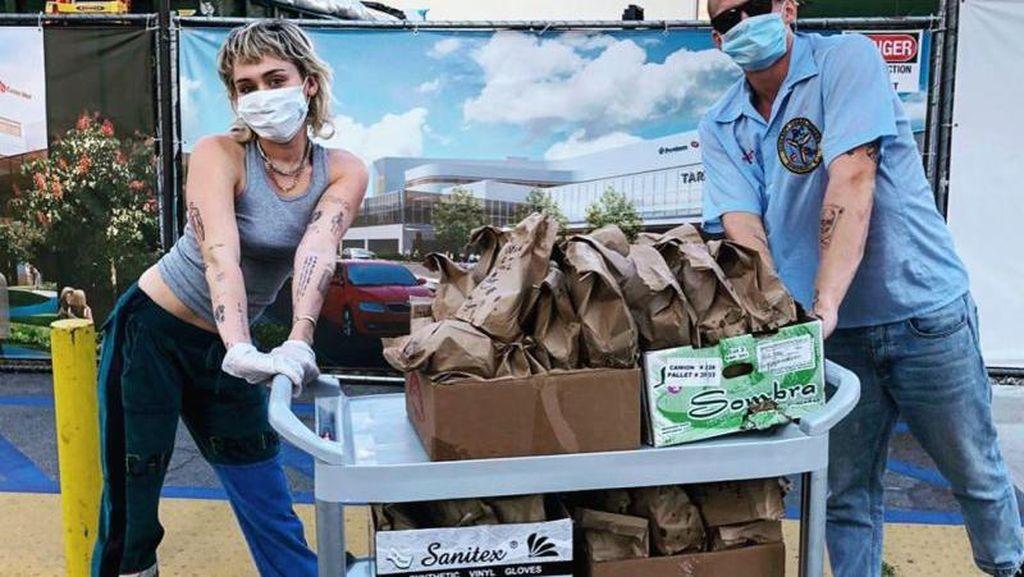 Momen Miley Cyrus Bagikan 120 Makanan ke Petugas Medis Ini Dipuji Netizen