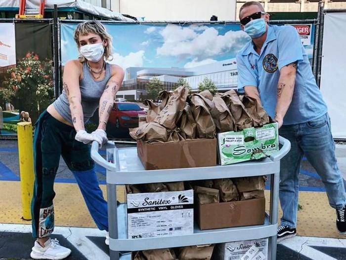 Miley Cyrus dan Cody Simpson bagikan makanan ke petugas kesehatan