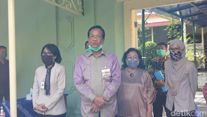 Gubernur DIY Sri Sultan Hamengku Buwono X seusai menerima rombongan manajemen RSUP Dr Sardjito, Senin (6/4/2020).