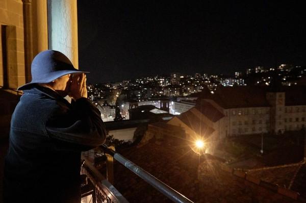 Adapun fungsi dari membunyi lonceng ini adalah untuk membangkitkan solidaritas dan keberanian warga. (REUTERS/Denis Balibouse)