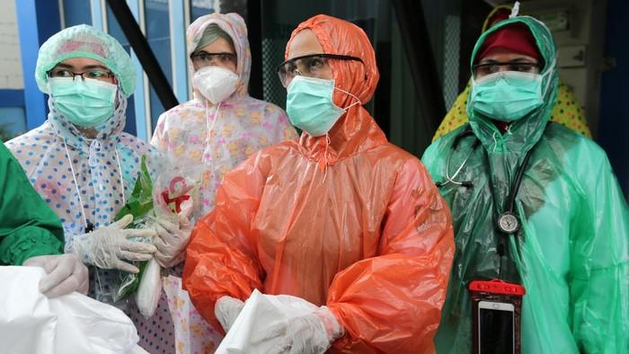 Petugas medis Puskesmas Kuta Alam memakai jas hujan plastik sebagai Alat Pelindung Diri (APD) untuk melayani pasien di Banda Aceh, Aceh, Senin (6/4/2020). Petugas medis di tingkat puskesmas terpaksa menggunakan jas hujan karena keterbatasan APD yang sesuai standar guna mencegah penularan virus Corona (COVID-19). ANTARA FOTO/Irwansyah Putra/wsj.