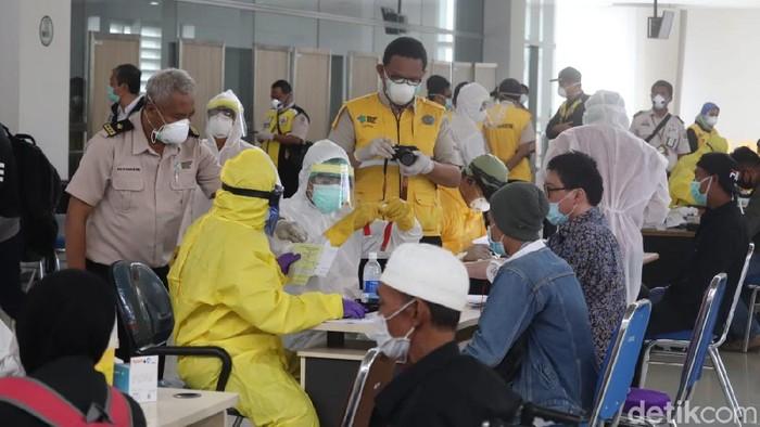 ratusan pekerja migarn rapid test di bandara juanda