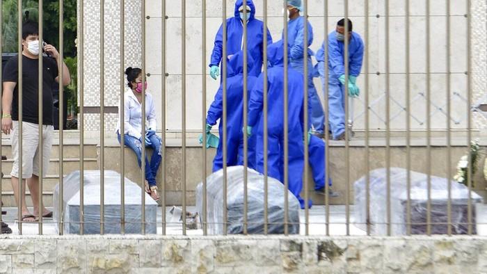 Gara-gara pandemi virus Corona, Kota Guayaquil, Ekuador,  sampai kehabisan peti mati. Alhasil, warga setempat terpaksa menggunakan peti mati berbahan kardus.