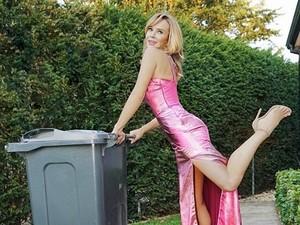 Presenter Cantik Ini Buang Sampah Pakai Gaun Mewah Saat Isolasi