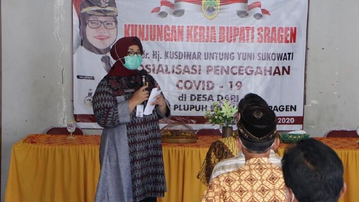 Bupati Sragen Kusdinar Untung Yuni Sukowati saat sosialisasi pencegahan COVID-19 di Kecamatan Plupuh, Selasa (7/4/2020).