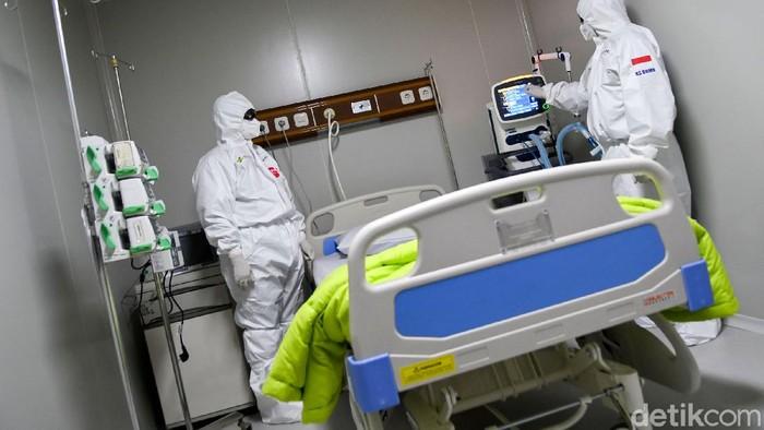 Seorang dokter membetulkan posisi kacamata pelindung saat berada di salah satu ruang modular di Rumah Sakit Pertamina Jaya, Cempaka Putih, Jakarta, Senin (6/4/2020). Rumah Sakit darurat COVID-19 tersebut berkapasitas sebanyak 160 tempat tidur dalam ruangan dan 65 kamar isolasi bertekanan negatif untuk merawat pasien positif COVID-19 sesuai standar yang ditetapkan oleh Organisasi Kesehatan Dunia atau WHO. ANTARA FOTO/M Risyal Hidayat/wsj.