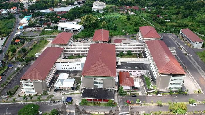 Petugas medis beraktivitas di Rumah Sakit Perguruan Tinggi Negeri Universitas Udayana, Jimbaran, Badung, Bali, Selasa (7/4/2020). Rumah Sakit Universitas Udayana resmi beroperasi menjadi rumah sakit khusus untuk penanganan COVID-19 atau virus Corona di wilayah Provinsi Bali. ANTARA FOTO/Fikri Yusuf/foc.