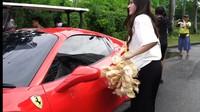 Bagi Makanan Pakai Ferrari hingga Aksi Kocak Bule Angkat Galon