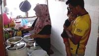 Miris! Pasangan yang Kehabisan Uang Ini Hanya Makan Nasi Pakai Gula
