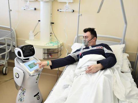 Robot menolong tenaga medis merawat pasien corona di Rumah Sakit Circolo, Varese, Italia.