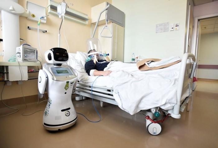 Robot menolong tenaga medis di Rumah Sakit Circolo, Varese, Italia.