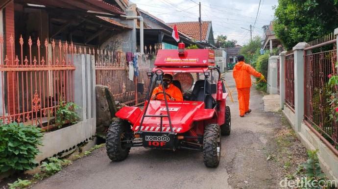 Mobil Formula Indonesia (Fin) Komodo dikerahkan untuk menyemprotkan disinfektan di wilayah Bandung Raya. Penyemprotan dilakukan di permukiman padat penduduk.