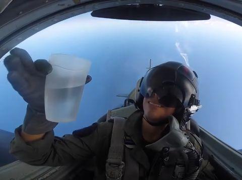 pilot minum sambil manuver