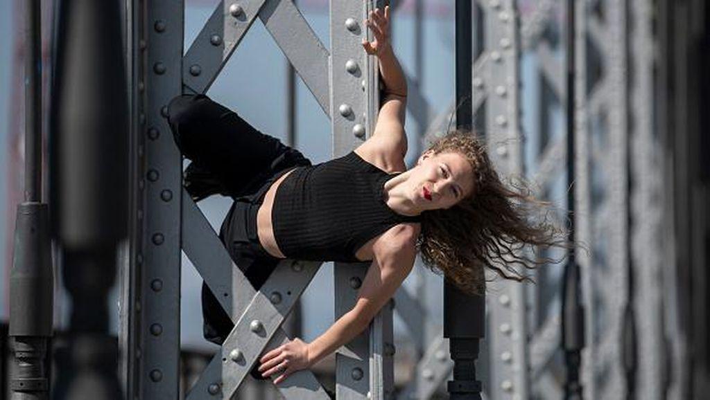 Wanita Rusia Ini Luapkan Kerinduannya Menari di Jembatan