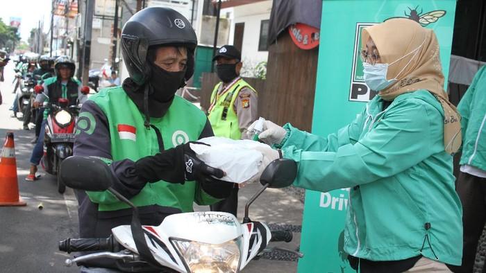 Dewan Pengurus Pusat Partai Kebangkitan Bangsa (DPP PKB) membagikan nasi bungkus. dok PKB boks dan hand sanitizer kepada pengemudi ojek online (Ojol) yang melintas  di sekitar kantor DPP PKB , Jl Raden Saleh, Jakarta Pusat. Foto Dok. PKB.