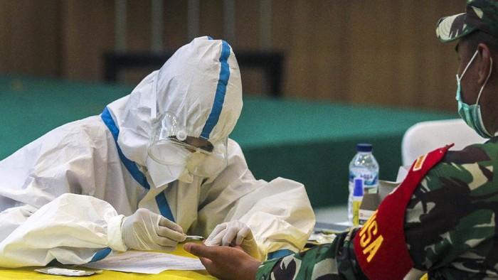 Petugas medis mengambil sampel darah saat rapid test atau pemeriksaan cepat COVID-19 di DPP Golkar, Slipi, Jakarta, Selasa (7/4/2020). Partai Golkar menyelenggarakan rapid test COVID-19 secara gratis bagi wartawan, kader, dan masyarakat guna memastikan kesehatan dan mengantisipasi penyebaran COVID-19. ANTARA FOTO/Didik Setiawan/gp/hp.