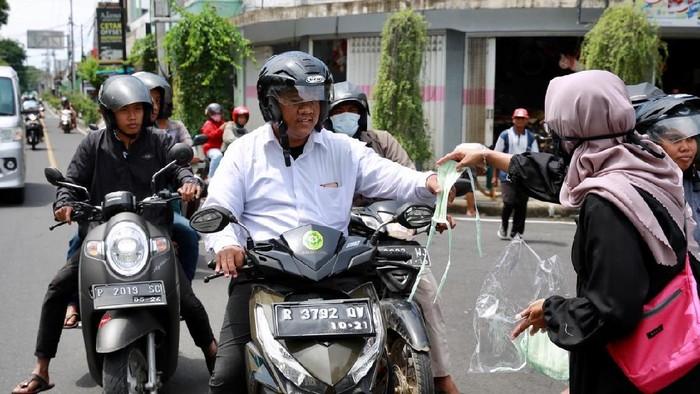 pembagian masker ke pengguna jalan di banyuwangi