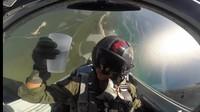 Minum Sambil Manuver, Pilot Ini Tunjukkan Air Tak Bisa Tumpah di Ketinggian