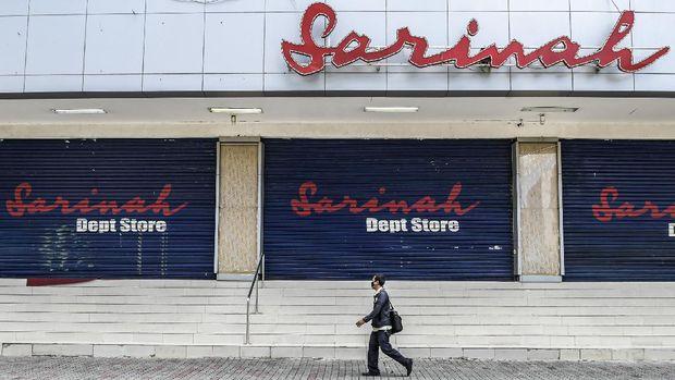 Warga melintas di depan toko Sarinah yang tutup, di Jakarta, Selasa (7/4/2020). . ANTARA FOTO/Galih Pradipta/foc.