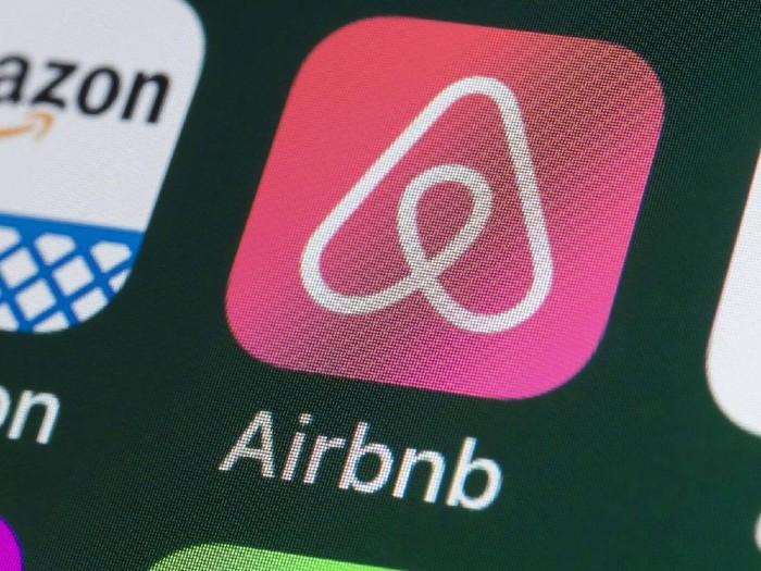 Aplikasi berbagi Airbnb.